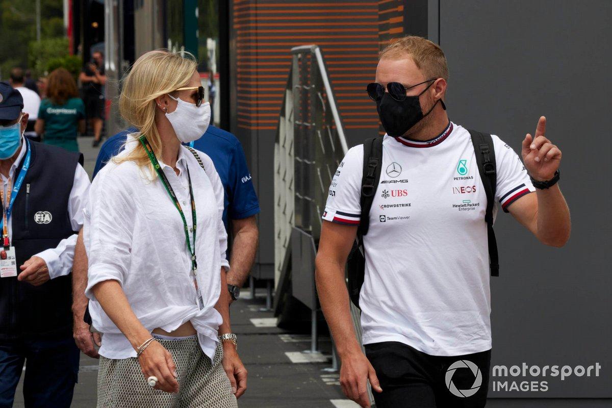 Valtteri Bottas, Mercedes, con su novia, Tiffany Cromwell