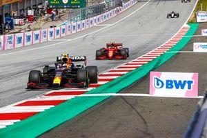 Sergio Perez, Red Bull Racing RB16B, Carlos Sainz Jr., Ferrari SF21