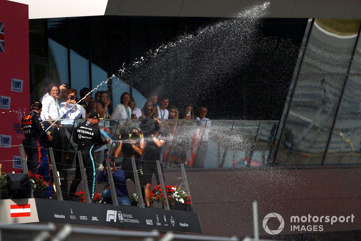 Podio: segundo lugar Valtteri Bottas, Mercedes, Toyoharu Tanabe, Director técnico F1 Honda, ganador Max Verstappen, Red Bull Racing , tercer lugar Lando Norris, McLaren