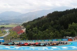 Lance Stroll, Aston Martin AMR21, George Russell, Williams FW43B, Charles Leclerc, Ferrari SF21, Sebastian Vettel, Aston Martin AMR21, Carlos Sainz Jr., Ferrari SF21, and the remainder of the field at the start