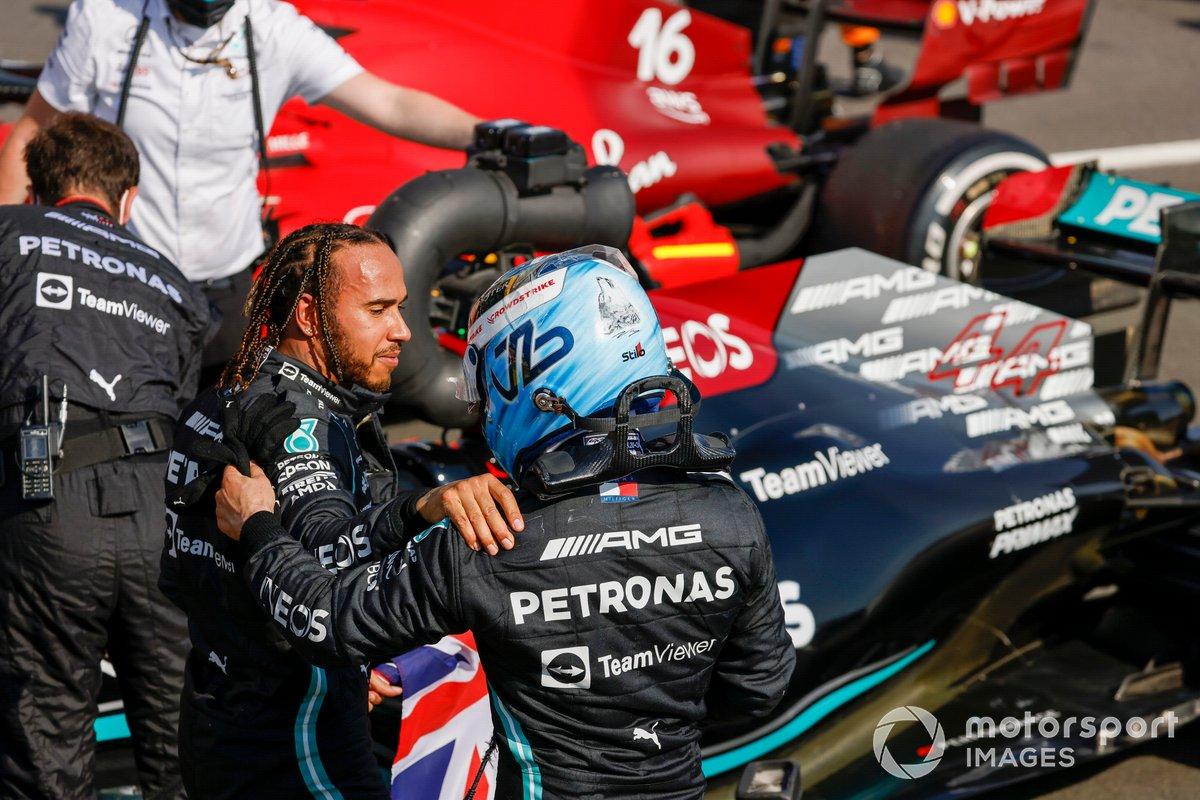 Valtteri Bottas, Mercedes, si congratula con Lewis Hamilton, Mercedes, primo classificato, al Parc Ferme