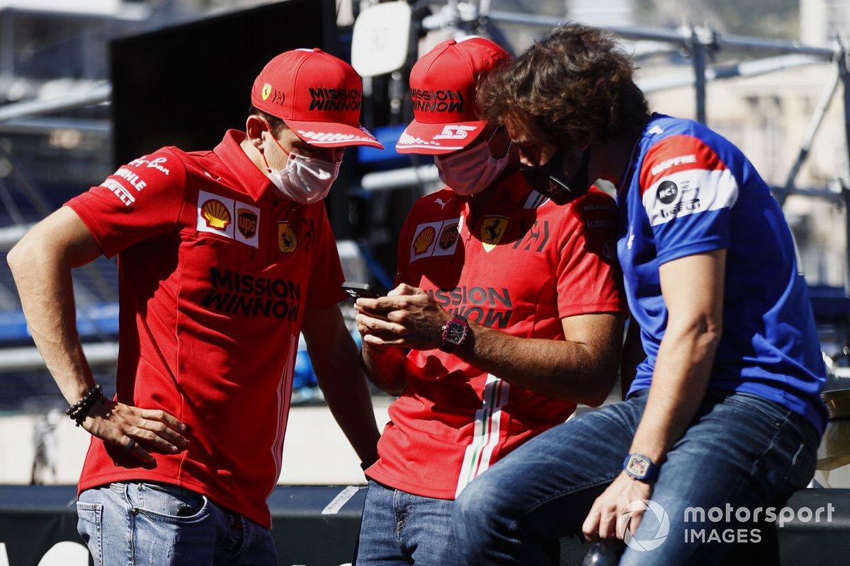 Charles Leclerc, Ferrari, Carlos Sainz Jr., Ferrari, y Fernando Alonso, Alpine F1