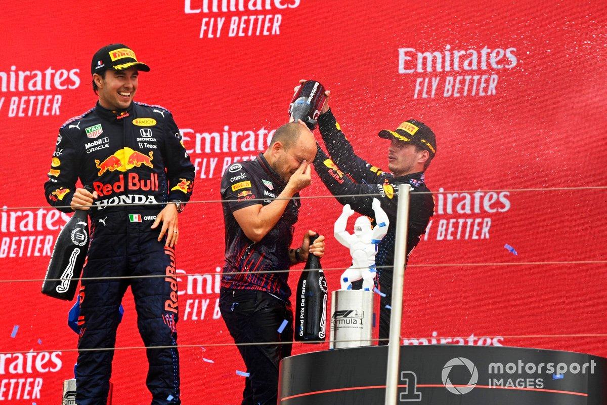 Sergio Perez, Red Bull Racing, 3° classificato, Gianpiero Lambiase, Race Engineer, Red Bull Racing, e Max Verstappen, Red Bull Racing, 1° classificato, festeggiano con lo Champagne sul podio
