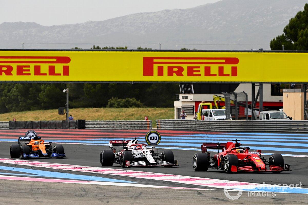 Charles Leclerc, Ferrari SF21, precede Kimi Raikkonen, Alfa Romeo Racing C41, e Daniel Ricciardo, McLaren MCL35M