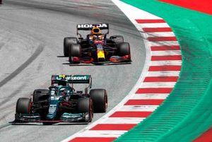 Sebastian Vettel, Aston Martin AMR21, leads Max Verstappen, Red Bull Racing RB16B, Carlos Sainz, Ferrari SF21