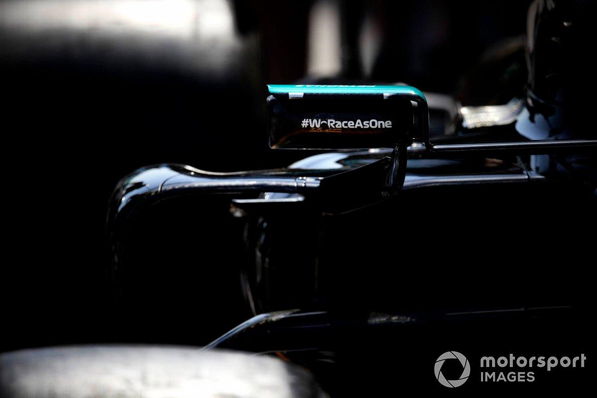 Logo de We Race As One en el espejo de Lewis Hamilton, Mercedes W12