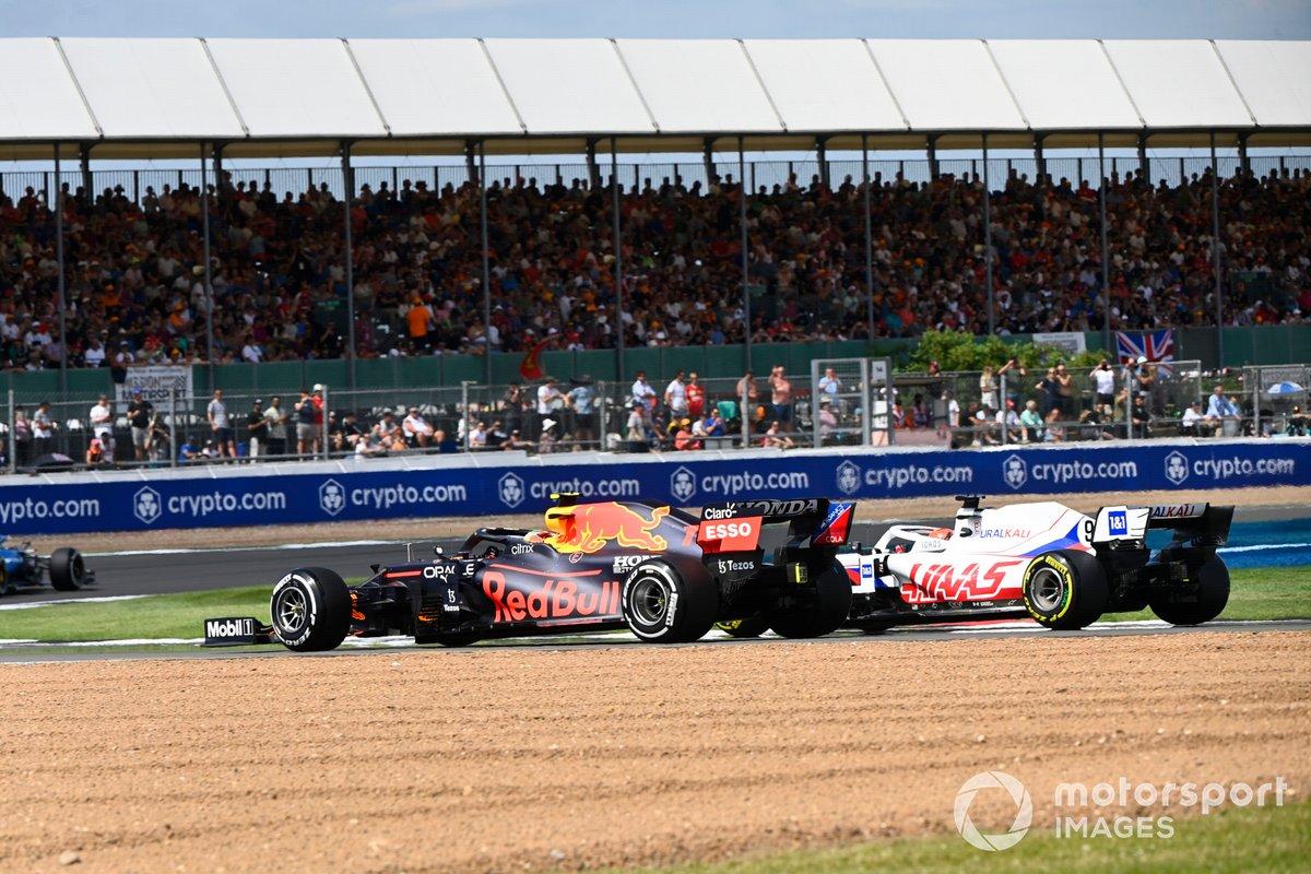 Sergio Pérez, Red Bull Racing RB16B, Nikita Mazepin, Haas VF-21