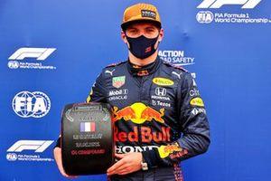 Pole Sitter Max Verstappen, Red Bull Racing con il premio Pirelli Pole Position