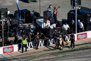 Patricio O'Ward, Arrow McLaren SP Chevroletcrew celebrates the victory