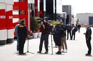 Mario Isola, directeur de course de Pirelli Motorsport, lors d'une interview