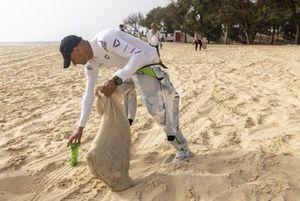 Stephane Sarrazin, Veloce Racing aiuta a pulire la spiaggia