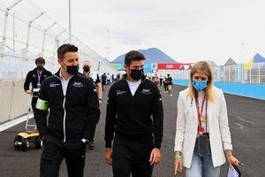 Norman Nato, Venturi Racing et la présentatrice TV Nicki Shields, marchent sur la piste