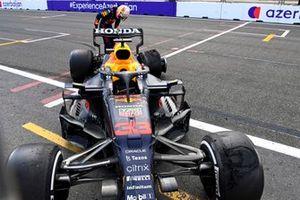 Max Verstappen, Red Bull Racing RB16B guarda la gomma dopo il ritiro dalla gara