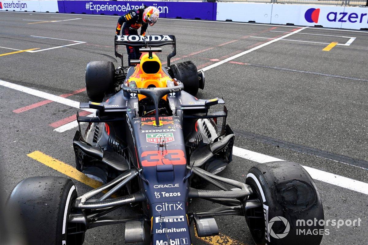Max Verstappen, Red Bull Racing RB16B mirando el neumático tras retirarse de la carrera