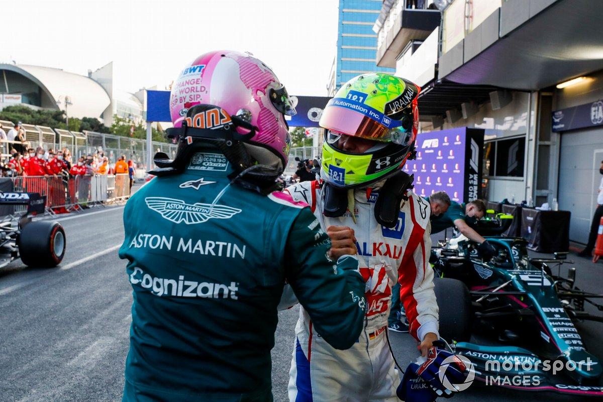 Mick Schumacher, Haas F1, felicita a Sebastian Vettel, Aston Martin, 2ª posición, en Parc Ferme