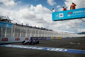 Nick Cassidy, Envision Virgin Racing, Audi e-tron FE07, terzo classificato, sorpassa la bandiera a scacchi