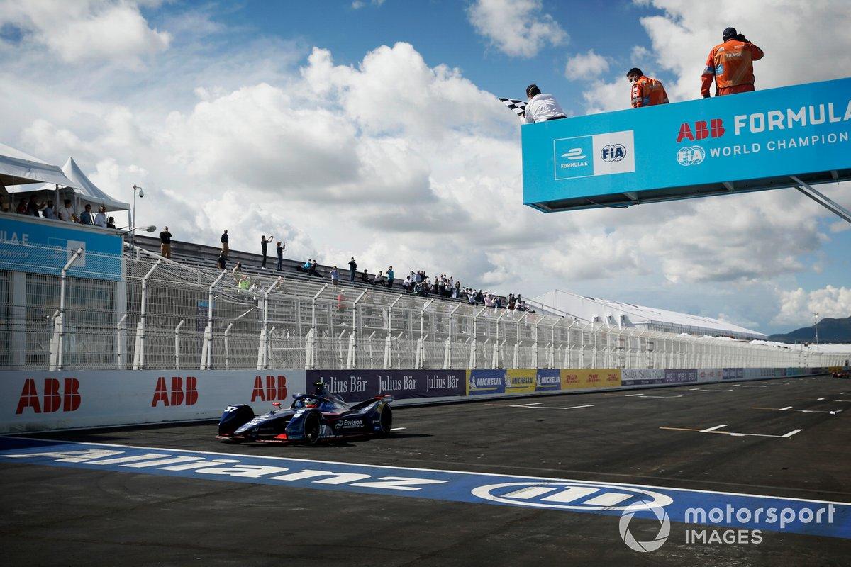 Nick Cassidy, Envision Virgin Racing, Audi e-tron FE07, tercera posición, pasa la bandera a cuadros