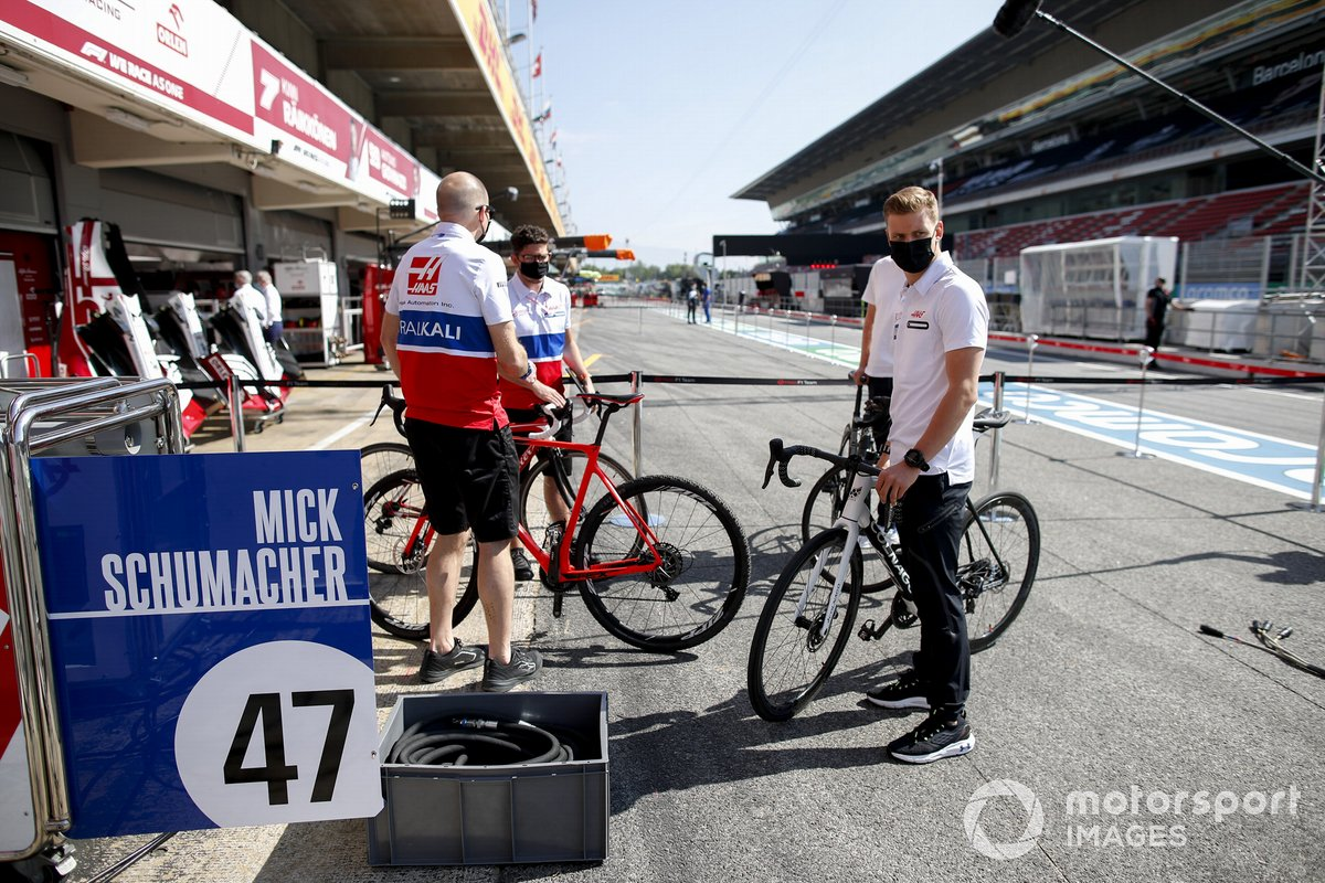 Mick Schumacher, Haas F1 en bicicleta