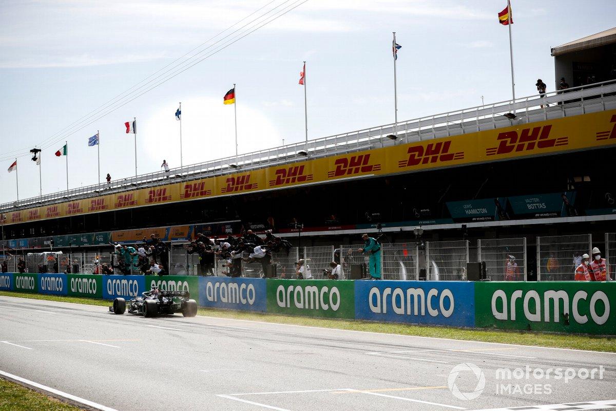 Ganador de la carrera Lewis Hamilton, Mercedes W12 cruza la meta