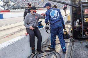 El entrenador Joe Gibbs felicita a un equipo de Martin Truex Jr., Joe Gibbs Racing, Toyota Camry Auto-Owners Insurance