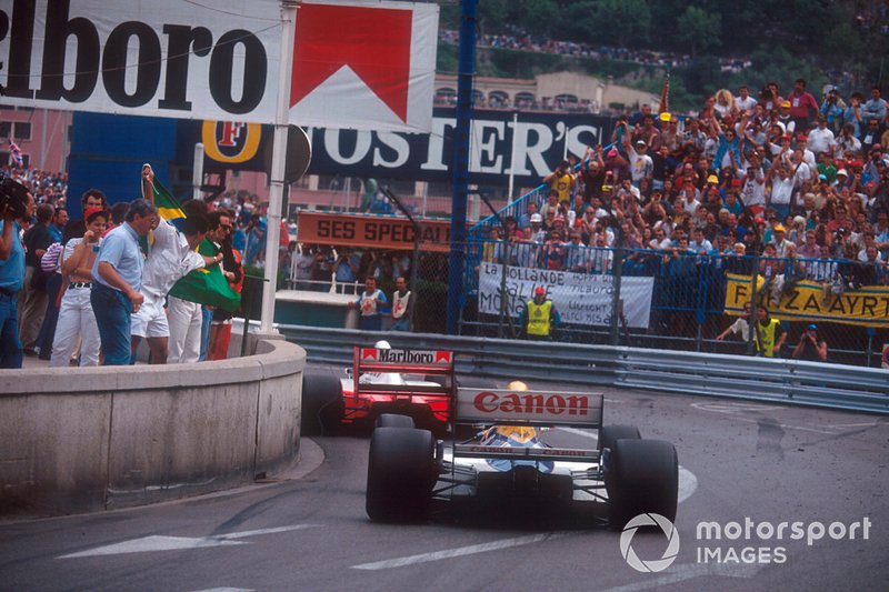Ayrton Senna, McLaren MP4/7A Honda, devant Nigel Mansell, Williams FW14B Renault
