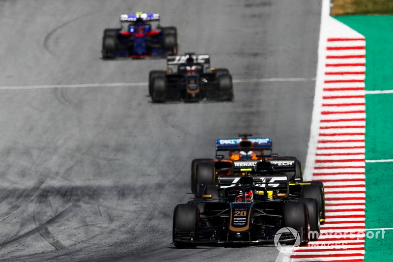 Kevin Magnussen, Haas F1 Team VF-19, precede Daniel Ricciardo, Renault F1 Team R.S.19, Carlos Sainz Jr., McLaren MCL34, Romain Grosjean, Haas F1 Team VF-19, e Alexander Albon, Toro Rosso STR14