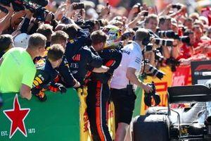 Le vainqueur Max Verstappen, Red Bull Racing, célébrant sa victoire au parc fermé avec son équipe