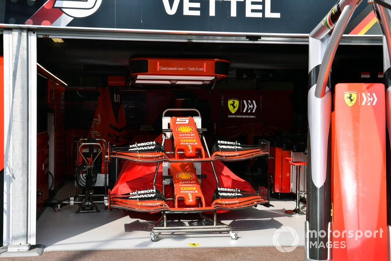 Alerón delantero de repuesto en el box de Ferrari