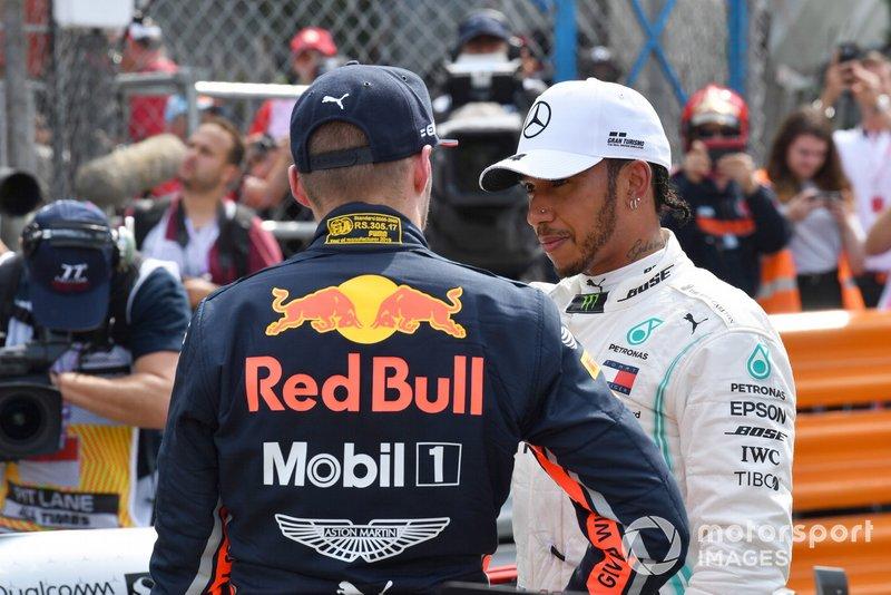 Max Verstappen, Red Bull Racing, parla con Lewis Hamilton, Mercedes AMG F1, dopo le Qualifiche