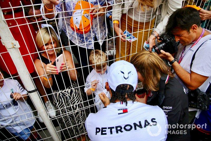 Lewis Hamilton, Mercedes AMG F1, signe des autographes pour les fans