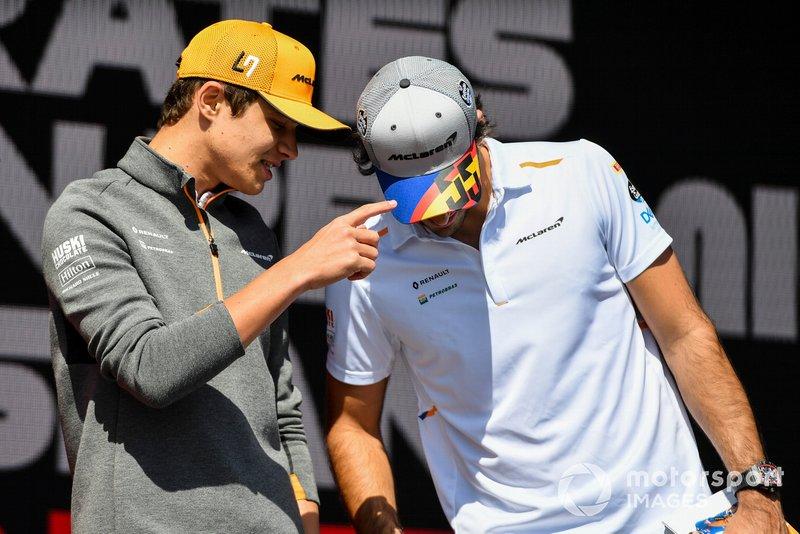 Lando Norris, McLaren y Carlos Sainz Jr., McLaren en el escenario en la Fan Zone