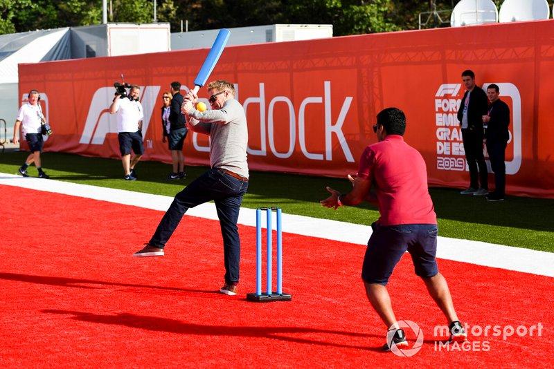 Simon Lazenby, Sky TV et Karun Chandhok, Sky TV jouent au cricket dans le paddock