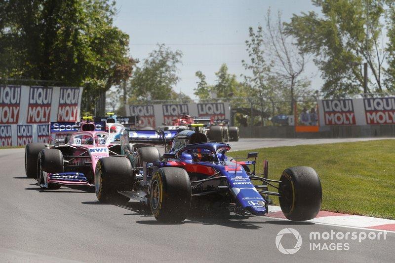 Alexander Albon, Toro Rosso STR14, sans aileron avant devant Lance Stroll, Racing Point RP19