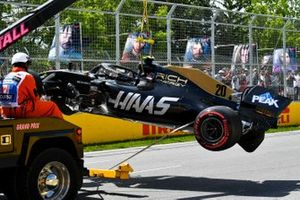 Marshals remove the damaged car of Kevin Magnussen, Haas F1 Team VF-19, from the circuit