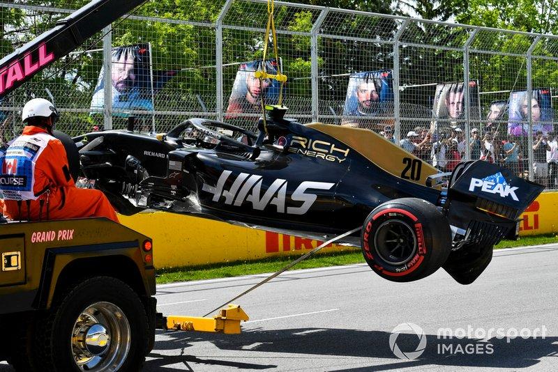 Marshal mengevakuasi mobil Kevin Magnussen, Haas F1 Team VF-19