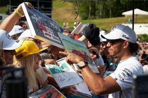 Lewis Hamilton, Mercedes AMG F1 signe un autographe pour un fan