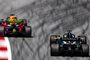 Max Verstappen, Red Bull Racing RB15, devant Daniel Ricciardo, Renault F1 Team R.S.19
