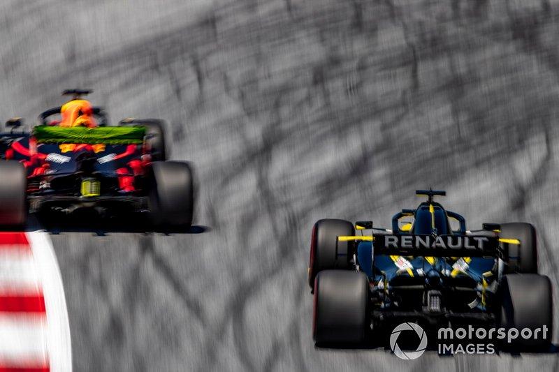 Max Verstappen, Red Bull Racing RB15, precede Daniel Ricciardo, Renault F1 Team R.S.19