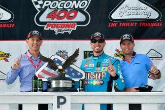 Ganador Kyle Busch, Joe Gibbs Racing, Toyota Camry M&M's Hazelnut en victory lane