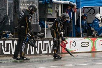 James Hinchcliffe, Arrow Schmidt Peterson Motorsports Honda, i membri del team cercano di asciugare il loro pit box