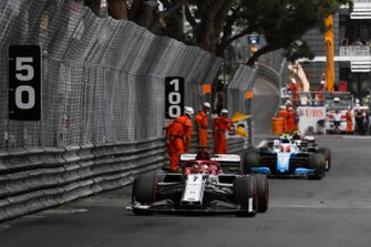 Kimi Raikkonen, Alfa Romeo Racing C38, Robert Kubica, Williams FW42, y George Russell, Williams Racing FW42