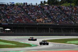 Carlos Sainz Jr., McLaren MCL34, en Daniel Ricciardo, Renault R.S.19