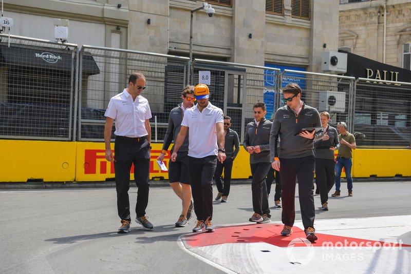 Carlos Sainz Jr., McLaren parcourt la piste à pied avec son équipe