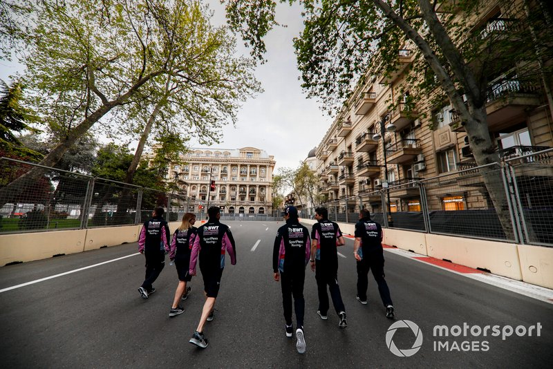 Lance Stroll, Racing Point camina por la pista con sus ingenieros