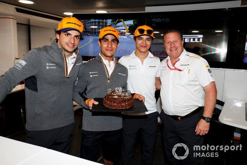 Sergio Sette Camara, McLaren, celebra su cumpleaños 21 con Carlos Sainz Jr, McLaren, Lando Norris, McLaren, Zak Brown, Director Ejecutivo, McLaren, y el equipo McLaren