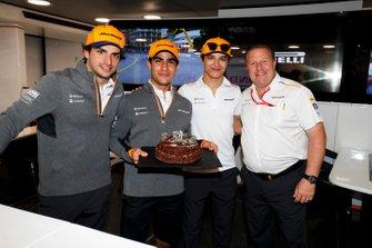 Sergio Sette Camara, McLaren, festeggia il suo ventunesimo compleanno con Carlos Sainz Jr., McLaren, Lando Norris, McLaren, Zak Brown, Executive Director, McLaren, e il team McLaren