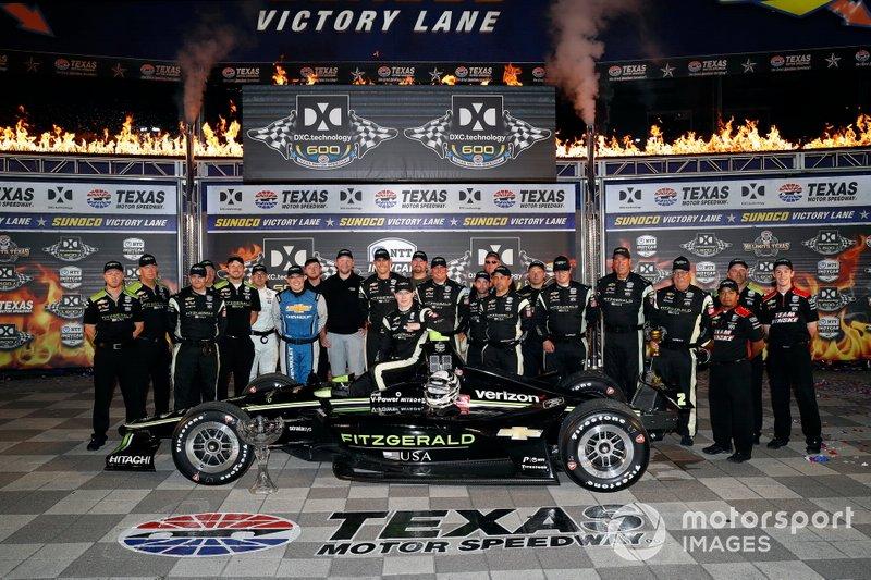 Ganador Josef Newgarden, Team Penske Chevrolet celebra en victory lane con el equipo