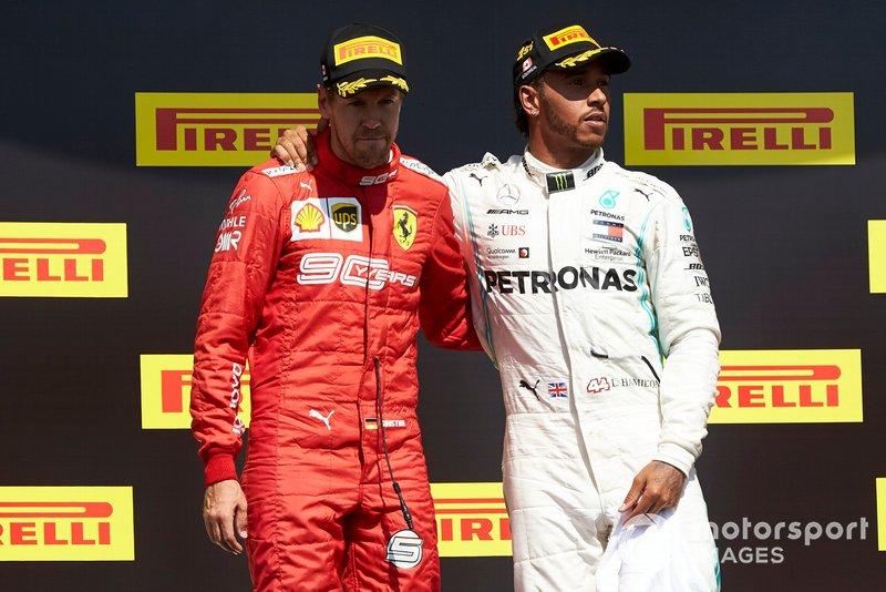 Sebastian Vettel, Ferrari, seconda posizione, con Lewis Hamilton, Mercedes AMG F1, prima posizione, sul podio
