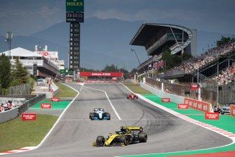 Daniel Ricciardo, Renault R.S.19, devant George Russell, Williams Racing FW42