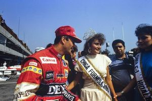 Nigel Mansell, Williams con le ragazze del concorso di bellezza, al GP del Messico del 1988